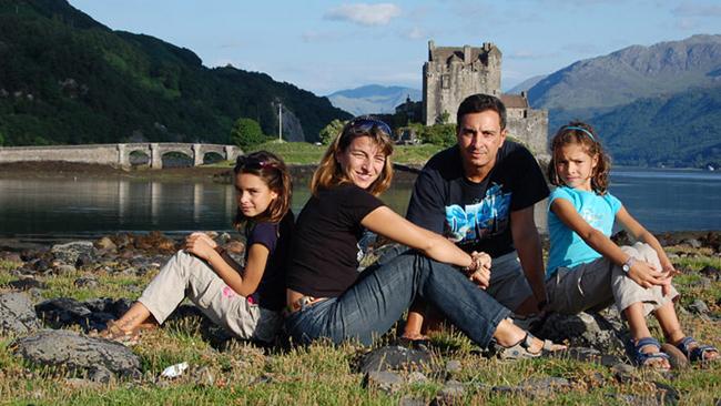 foto familia recorriendo mundo iati