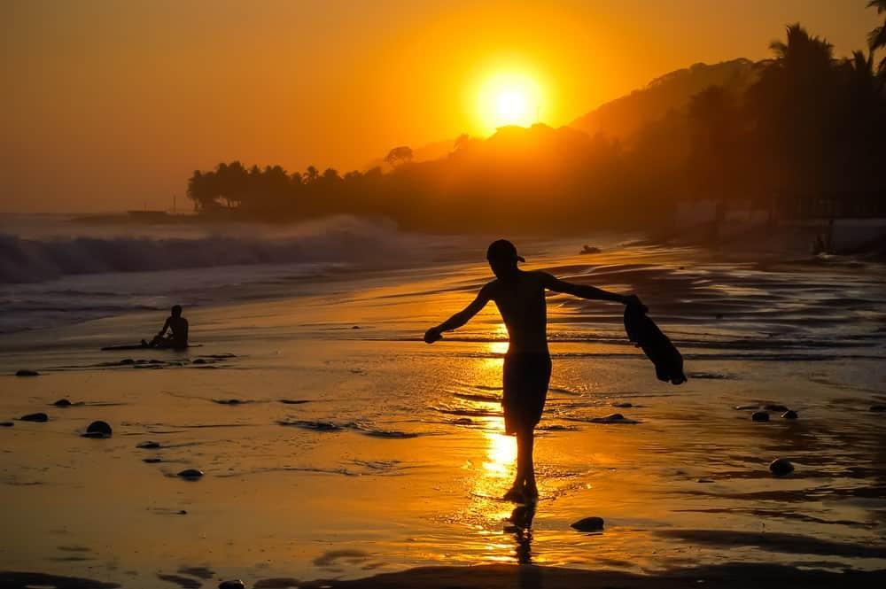Surfear en el Sunzal El Salvador
