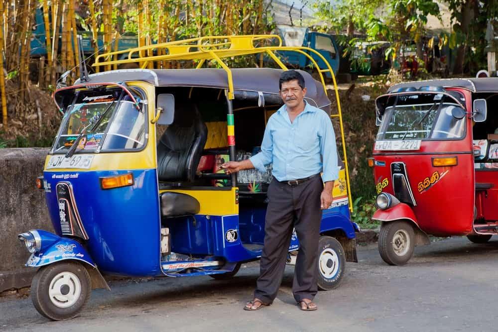 conducir tuk-tuk en Sri Lanka