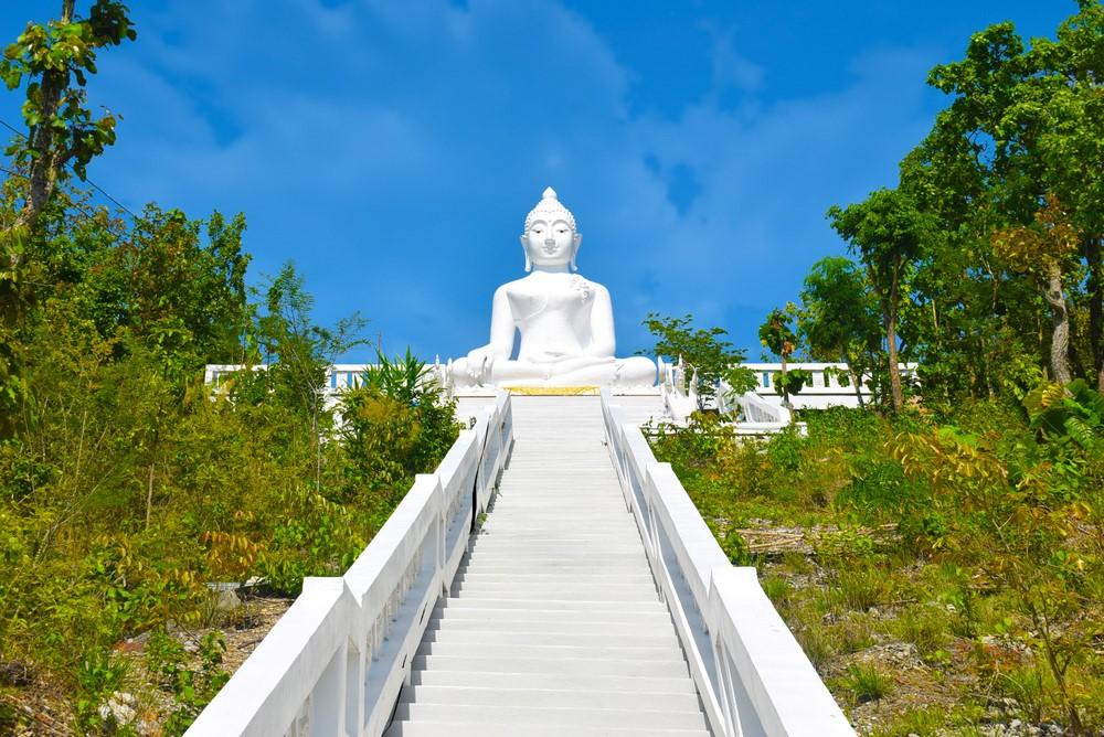 templo Chedi Phra That Mae Yen (el buda blanco)