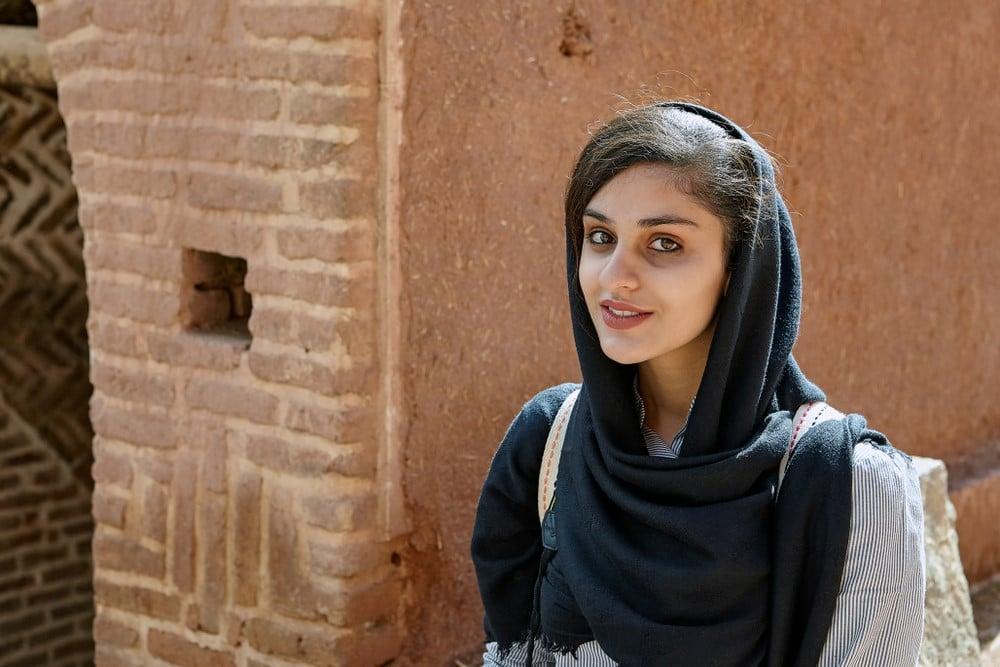 como vestir en Irán, mujeres turistas viajando solas