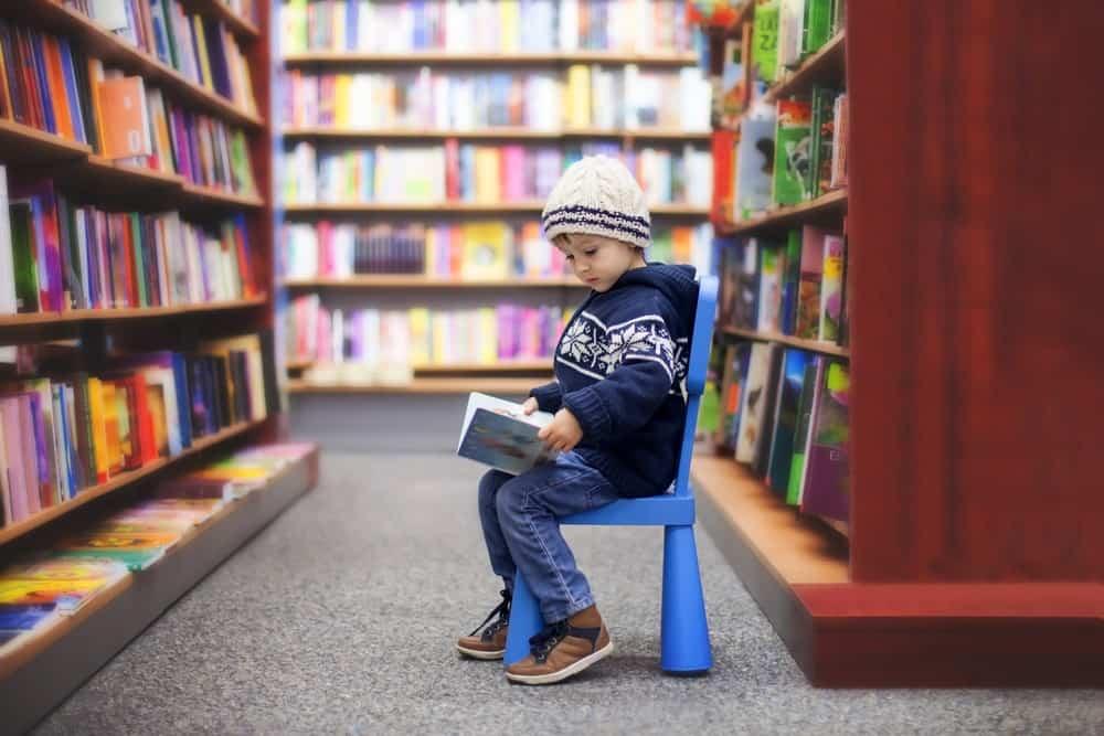 niños y lectura de libros