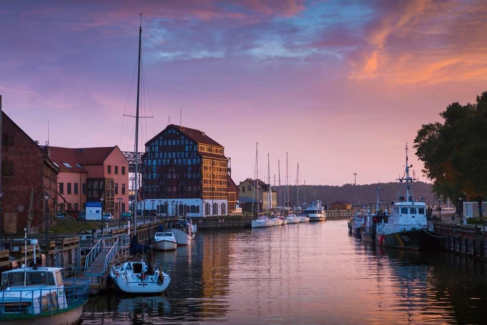 puesta de sol en Klaipeda durante itinerario de 7 días de viaje a Lituania