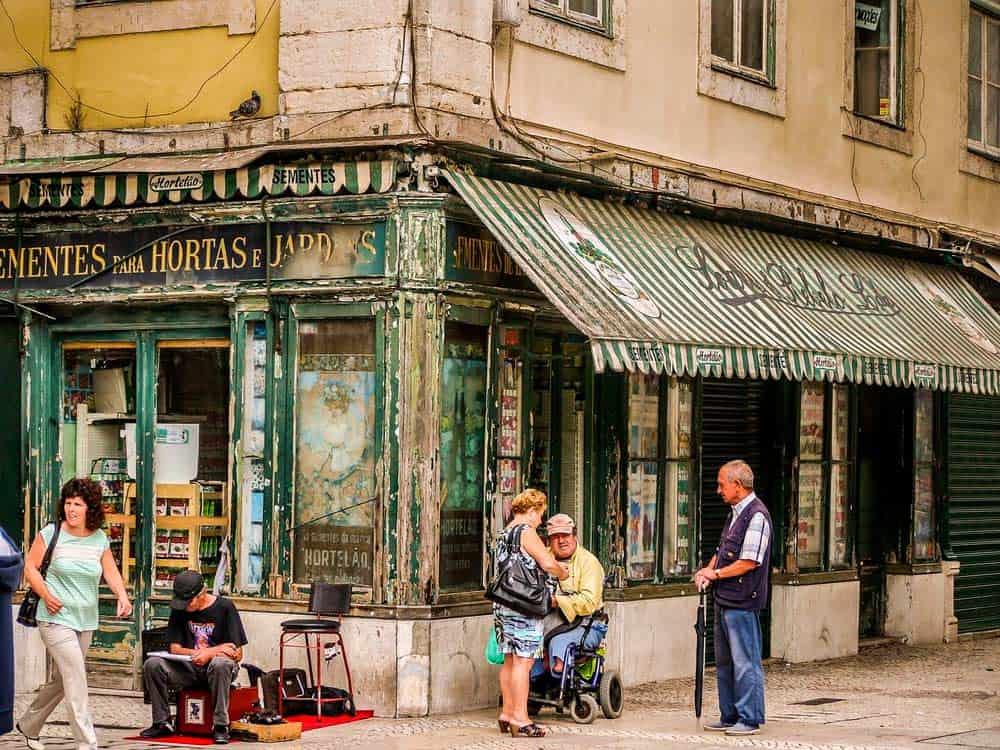 pasear por el barrio de Alfama en Lisboa
