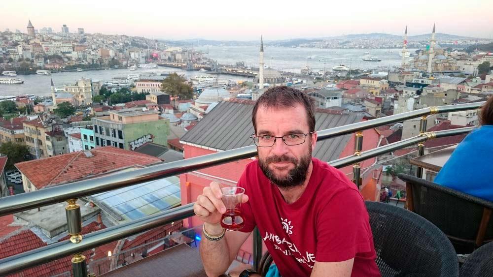 Pablo Strubell tomando algo en Estambul