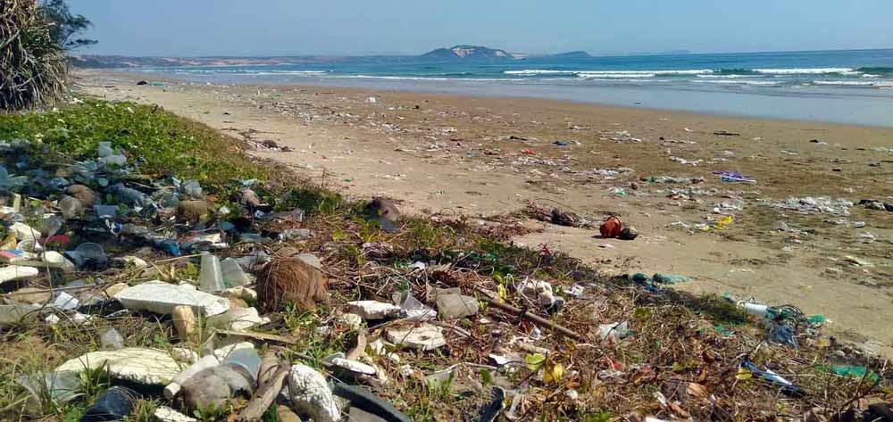 playa llena de basura
