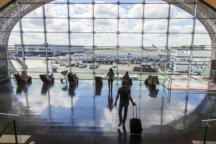 pessoas a espera do voo num aeroporto de paris