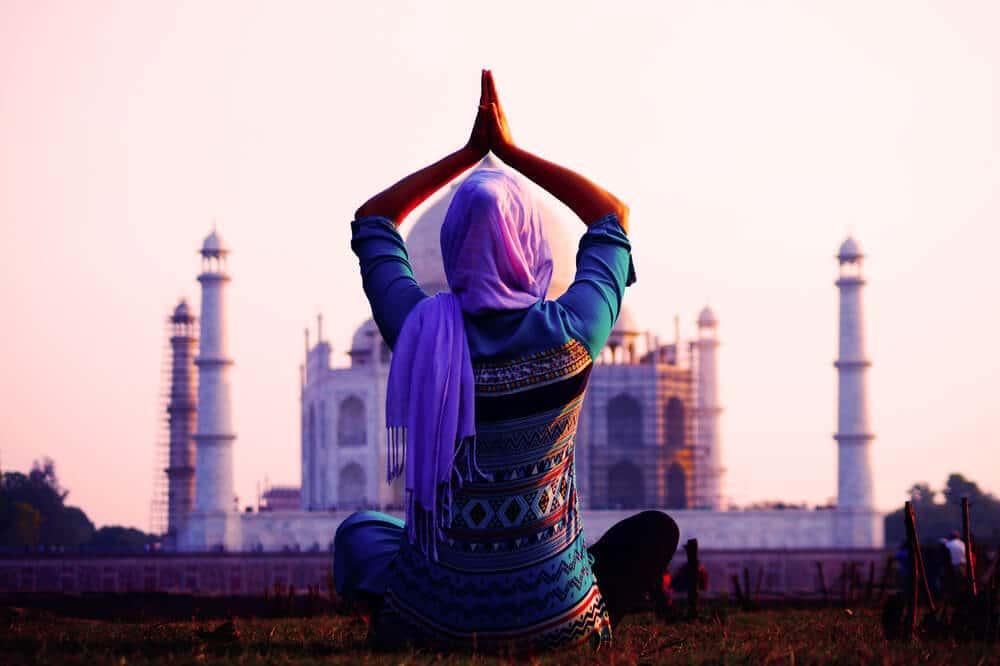 mulher em pose de ioga no taj mahal