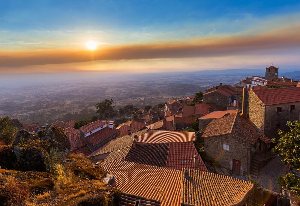 vista panoramica da aldeia de monsato ao anoitecer