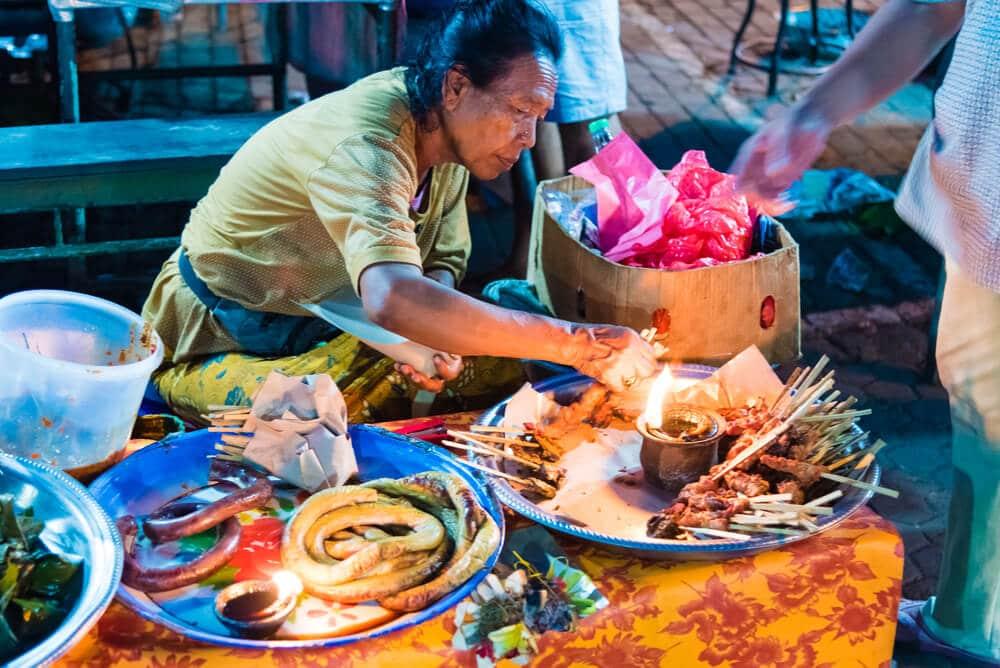 comida local num mercado do sudeste asiatico