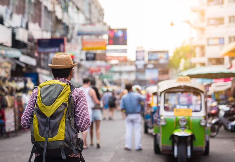 mochileiro numa cidade asiatica