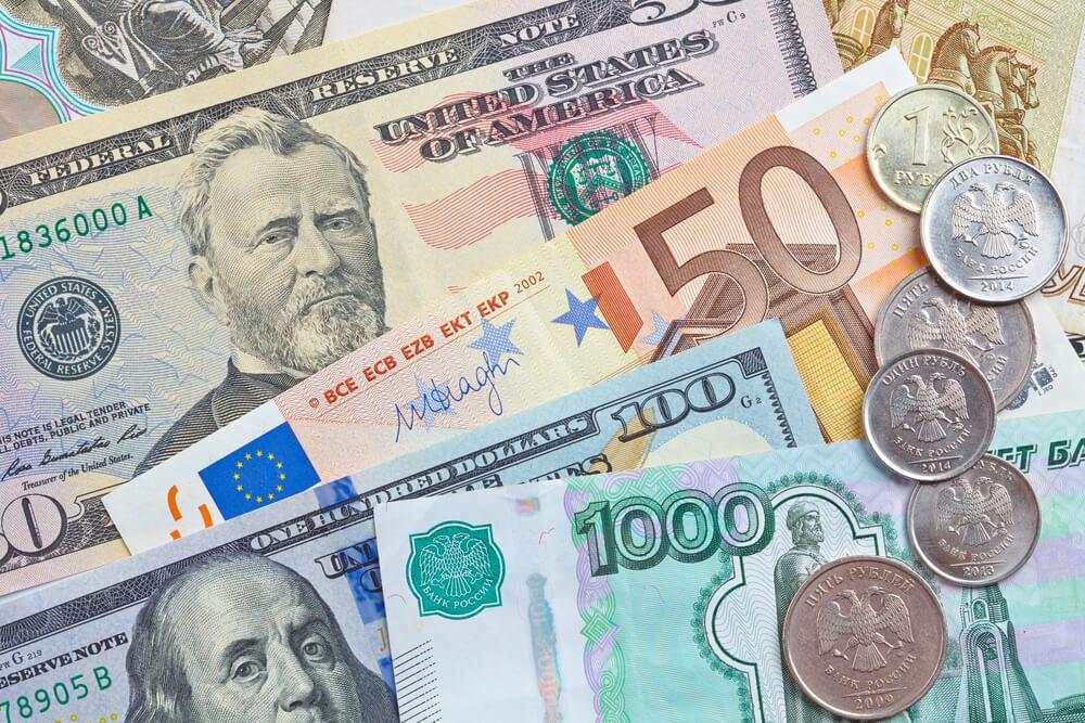 notas e moedas de várias divisas