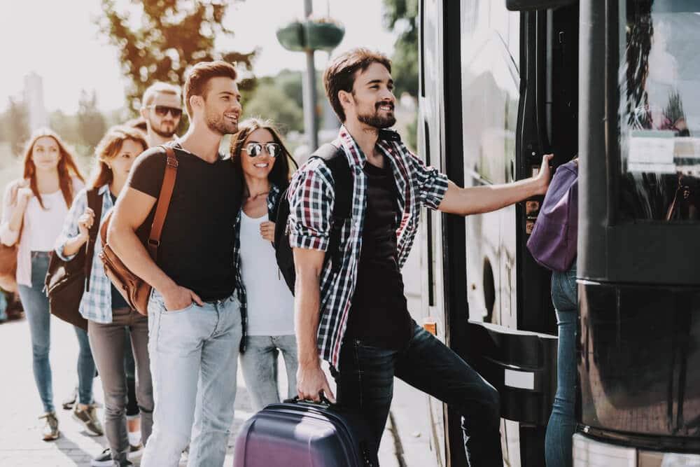 grupo de jovens a entrar num autocarro