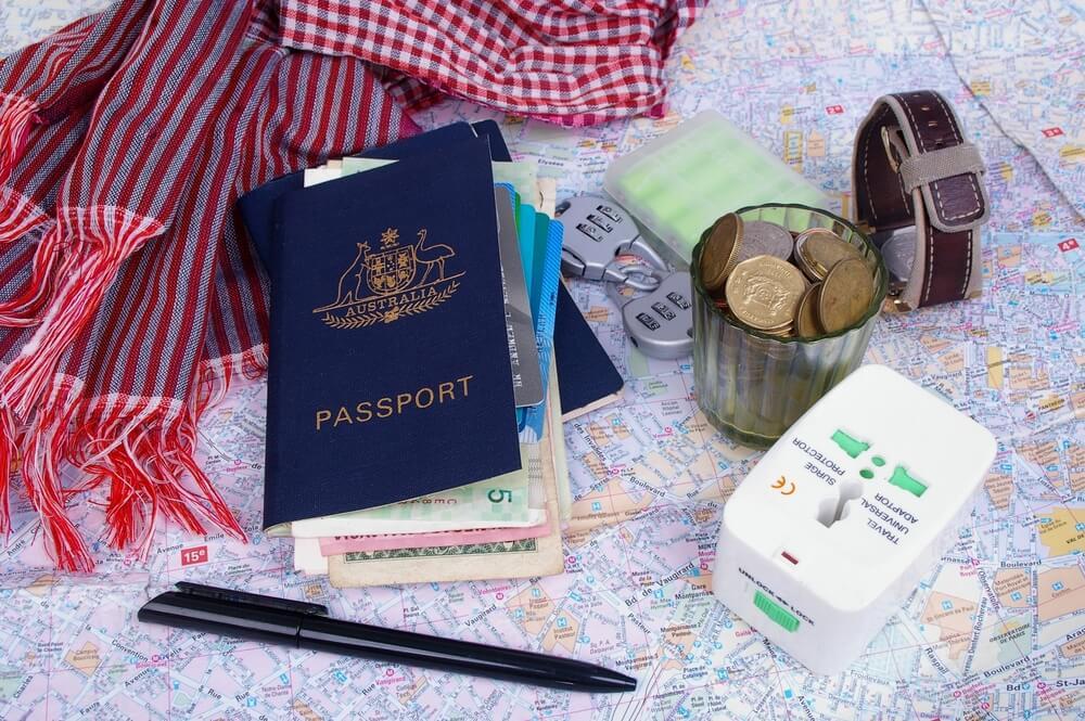 passaporte, odcumentos e adaptardor de corrente internacional