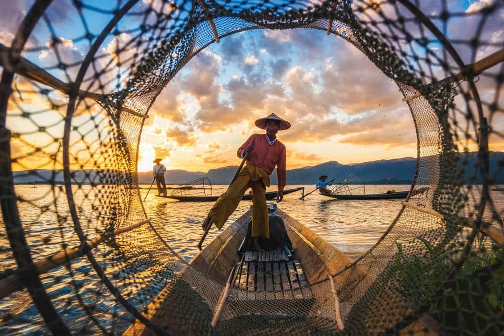 homem a pescar tradicionalmente no myanmar