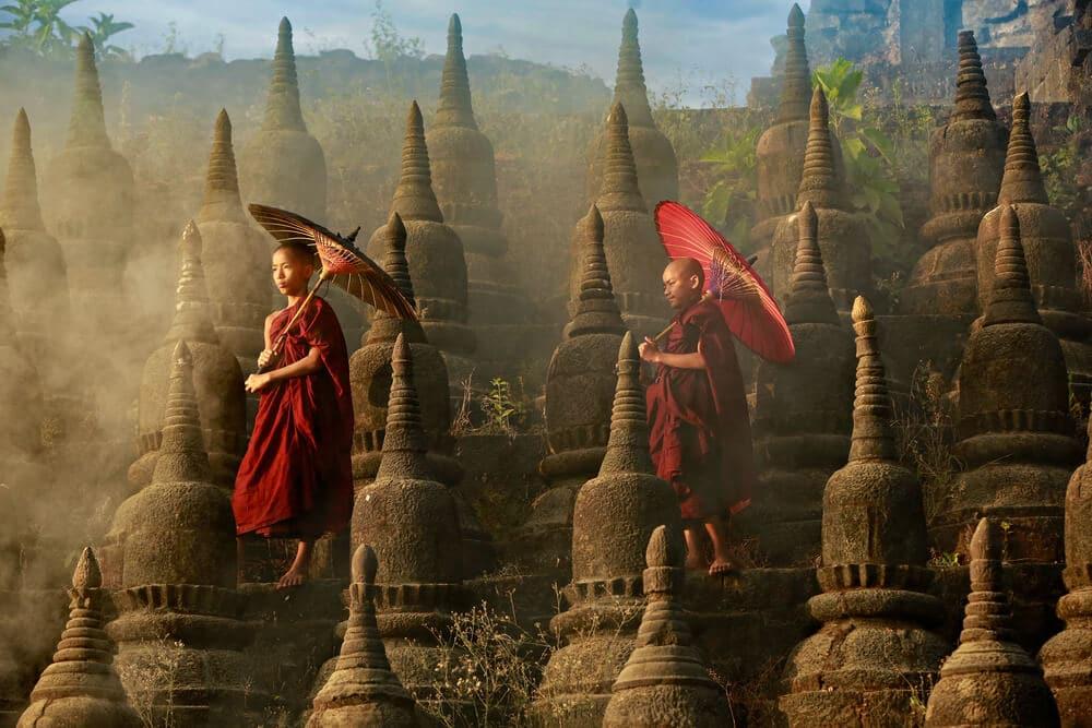 dois monges jovens num templo do myanmar