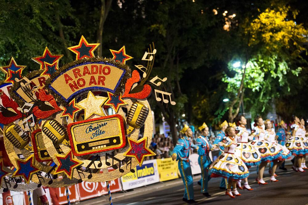 carro e marchantes durante as marchas populares de santo antonio de lisboa