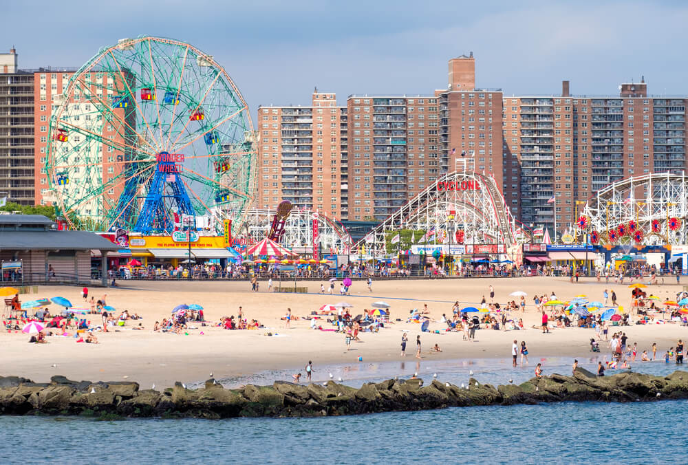 panoramica da praia de coney island e do parque de diversoes