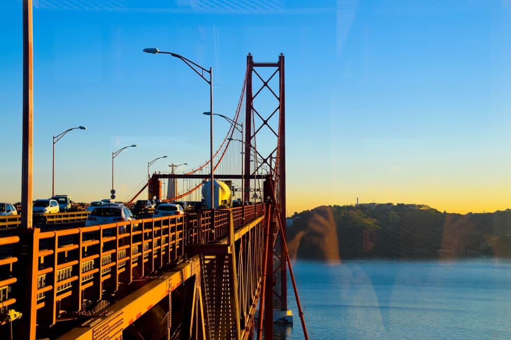 ponte 25 de abril ao anoitecer