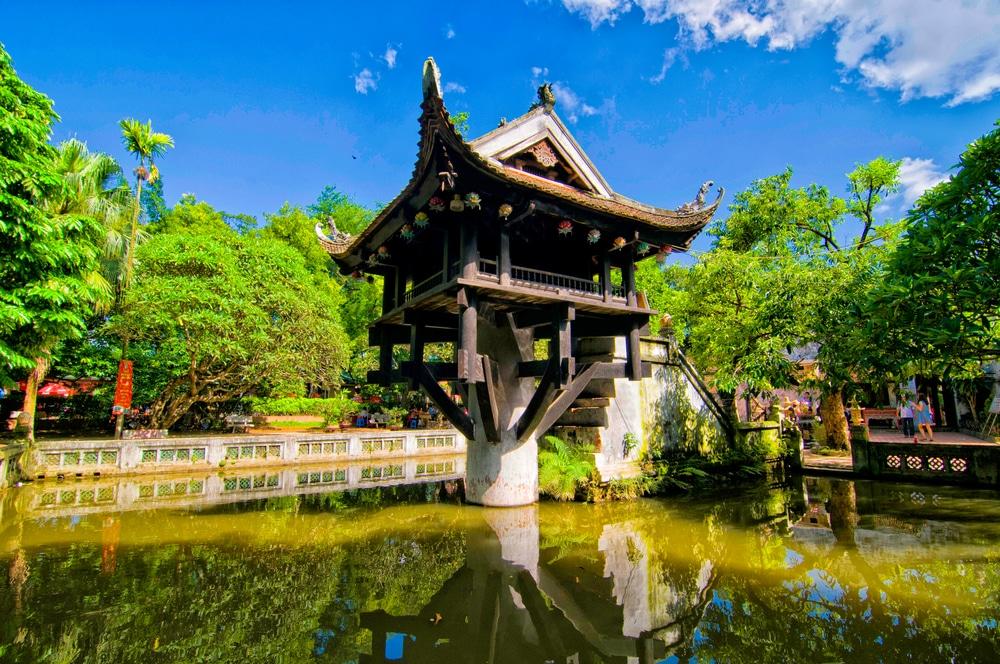 pagoda assente num unico pilar no meio de um lago