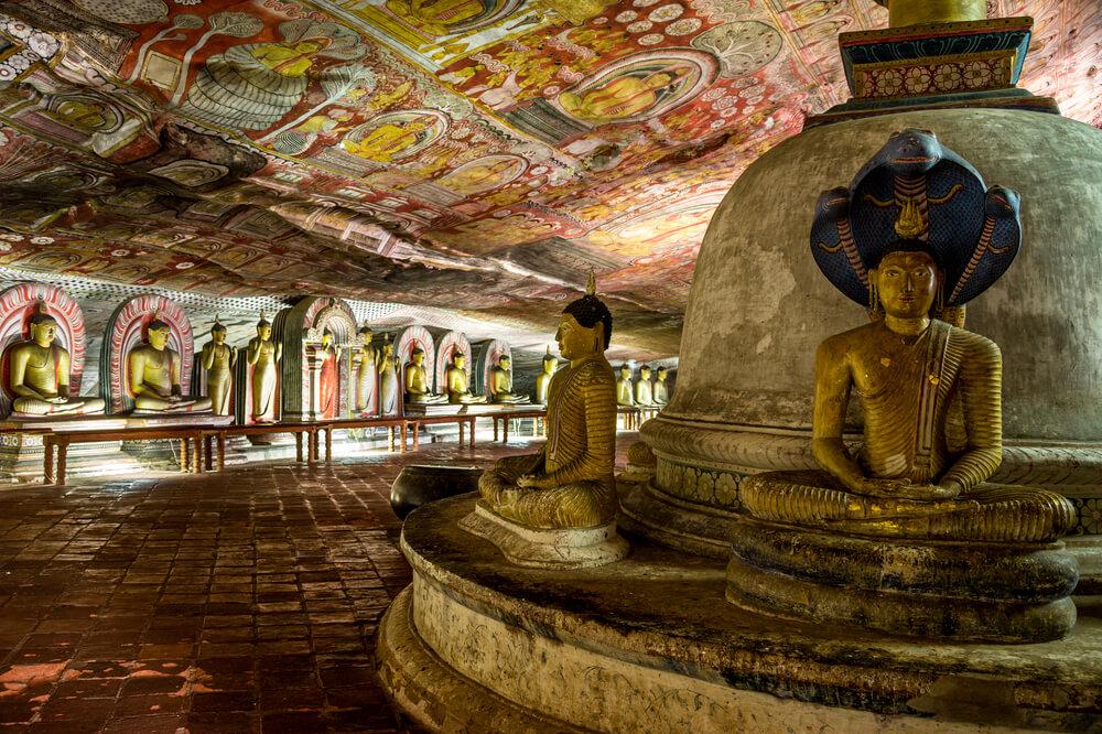 budas e tetos pintados na caverna de dambulla