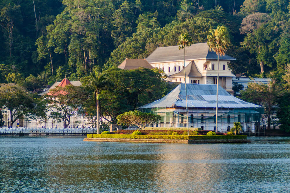 casas nas margens do lago bogambara, na zona de kandy