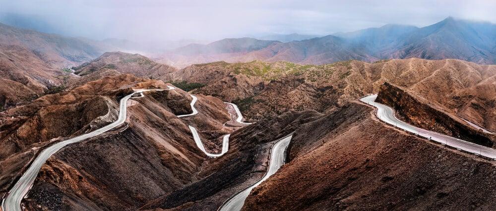 estradas serpenteantes pelas montanhas atlas