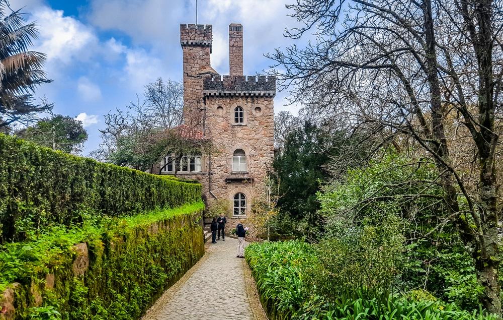 castelo da quinta da regaleira escondido entre arbustos