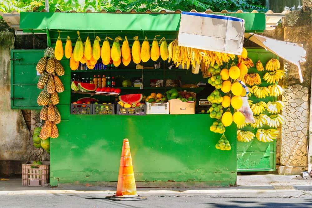 stand com frutas penduradas para venda em salvador da bahia