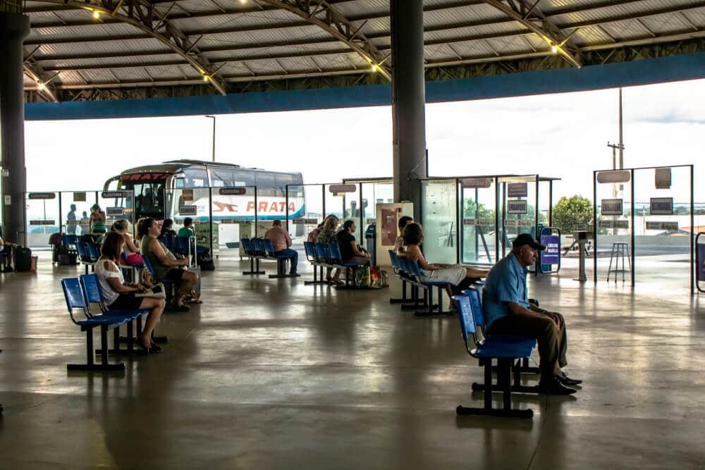 pessoas esperam sentadas na central de camionagem de marilia em sao paulo