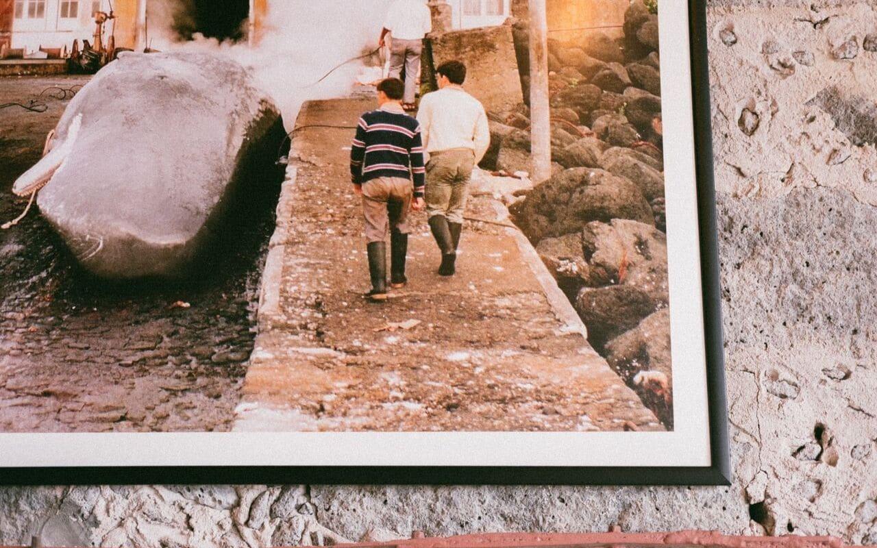 foto da antiga pesca da baleia e duas crianças a andar pelo cais