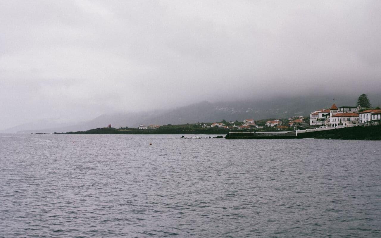 vista da ilha do pico com o tipico nevoeiro