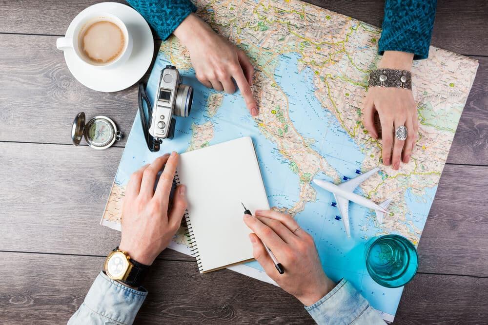 duas pessoas com um mapa planeiam uma viagem
