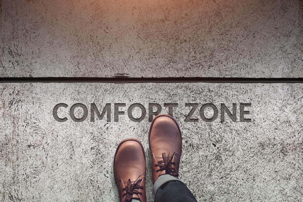 sapatos masculinos de pele pisam um sinal da zona de conforto