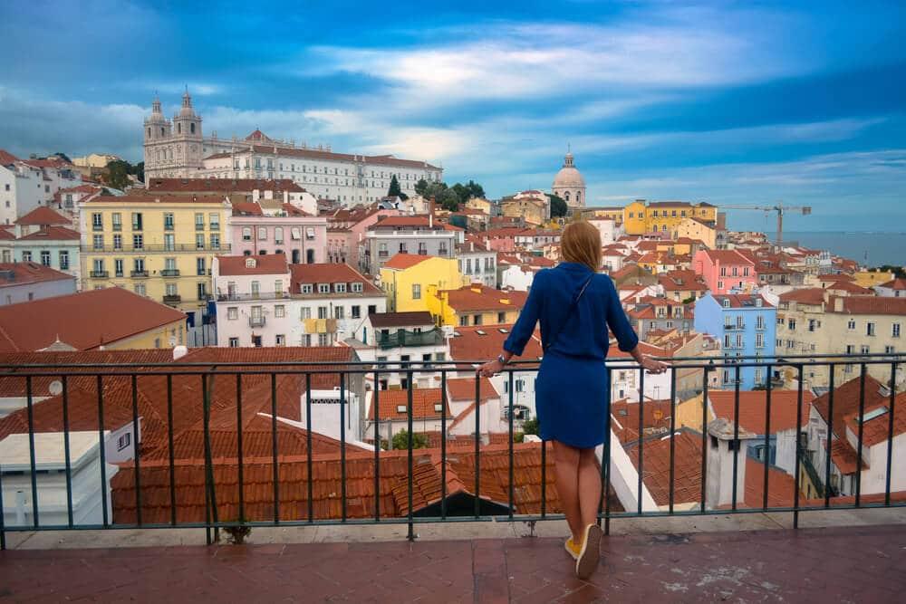 mulher a olhar para a vista panoramica de lisboa