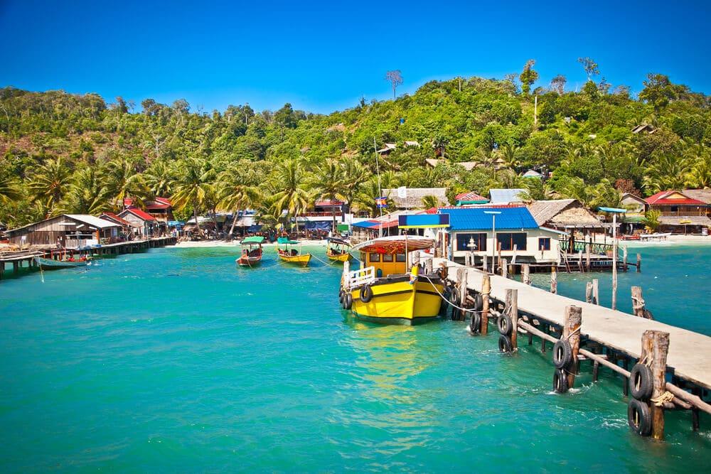 barcos atracados no porto de koh rong