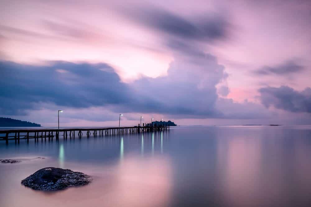 vista do porto durante o nascer do sol em koh rong