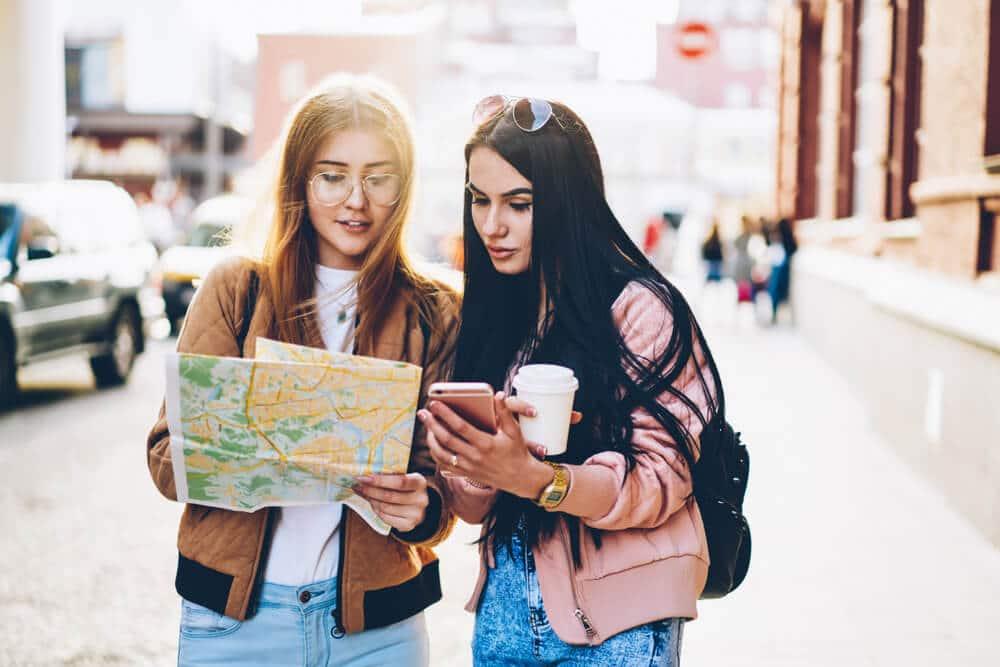 duas amigas com um mapa decidem para onde ir