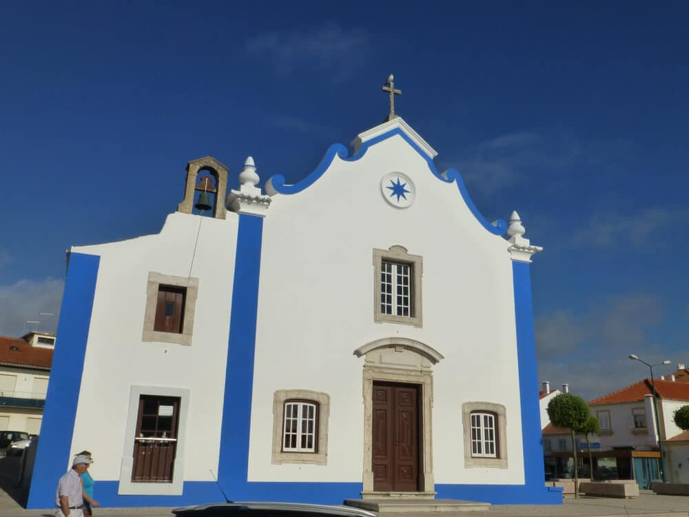 igreja caiada de branco com linhas azuis