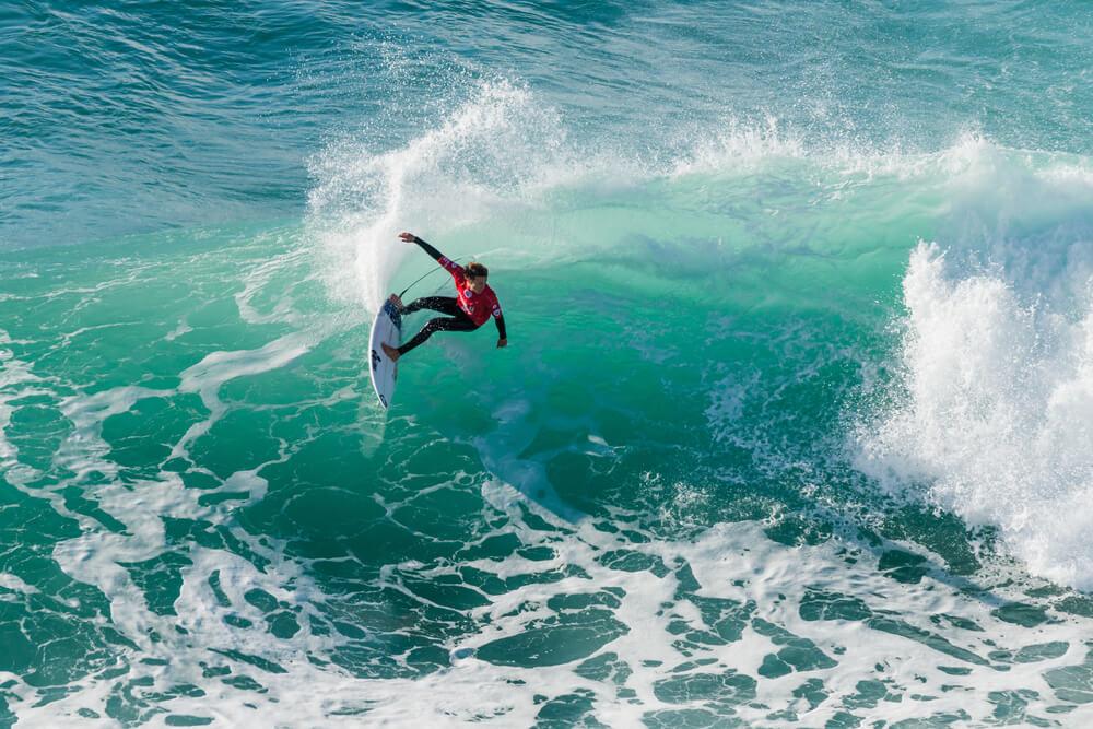 pessoa faz surf durante o campeonato mundial