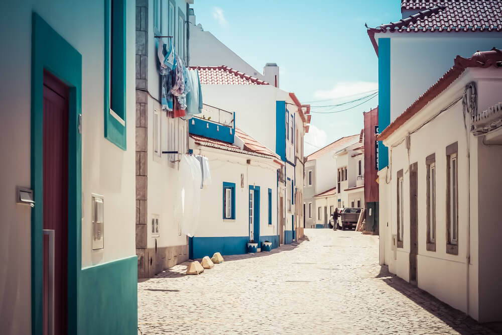 ruas típicas da ericeira durante o dia