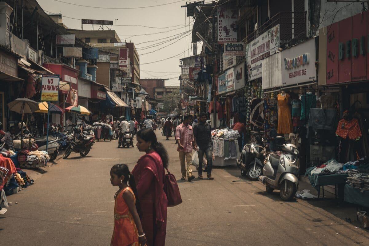 pessoas atravessam a rua em kerala