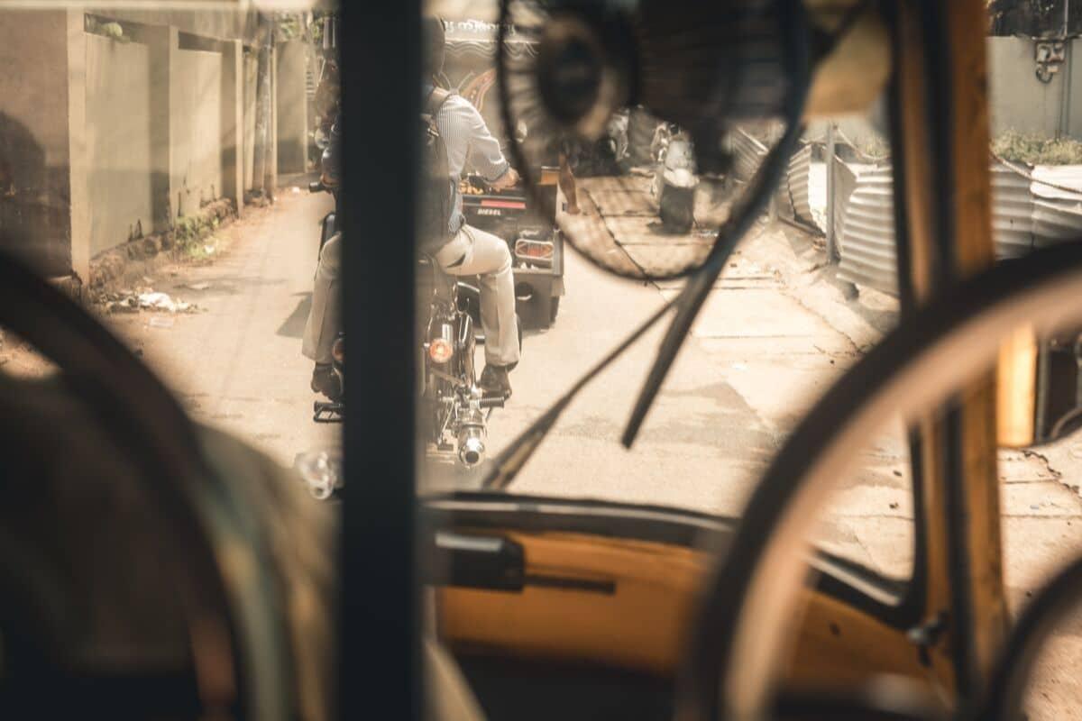vista da rua desde o interior de um taxi indiano