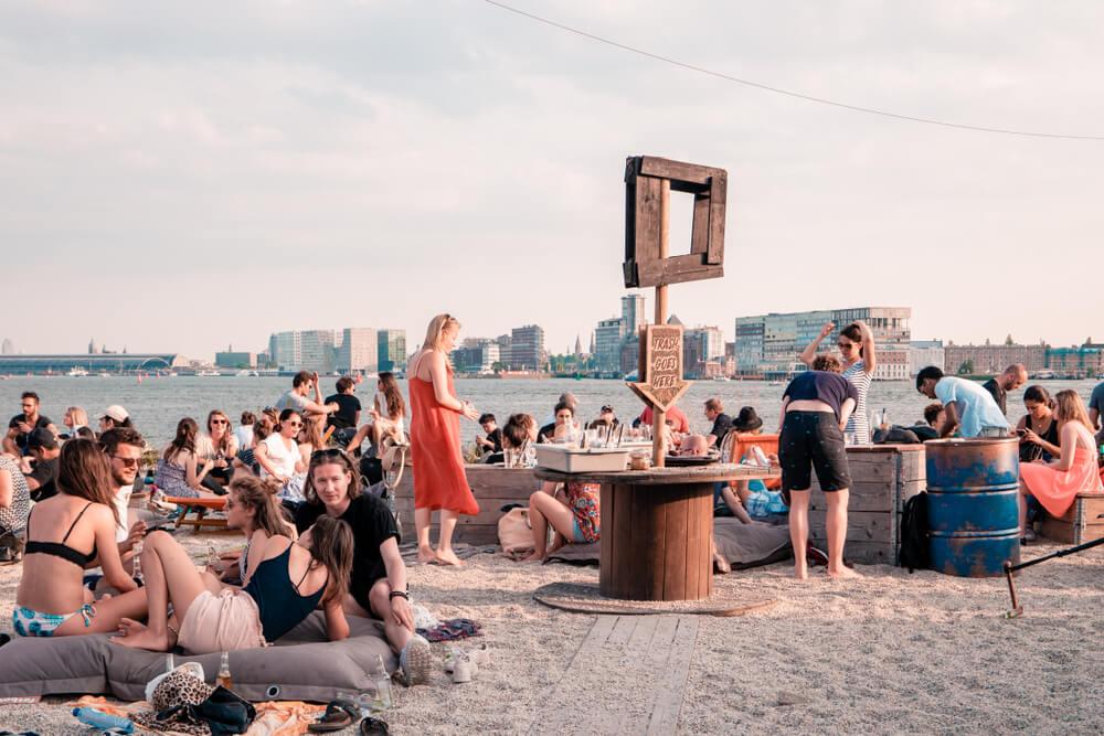 pessoas convivem em mobilia prefabricada no ndsm wharf