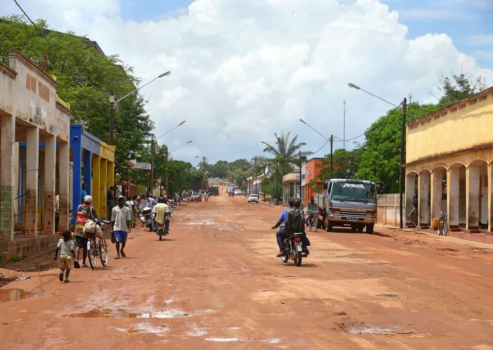 pessoas de moto numa rua de mocuba