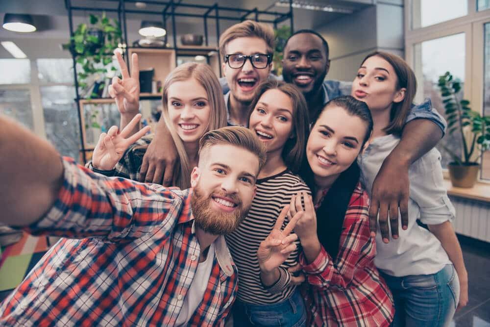 grupo de amigos tiram uma selfie juntos