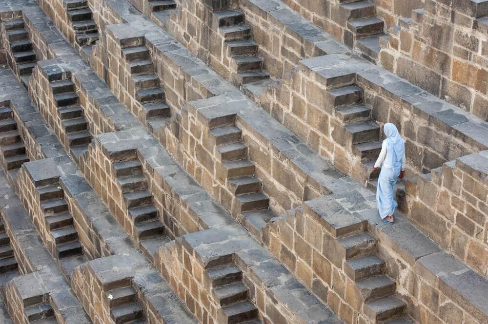 homem desce pelas escadas de um dos poços