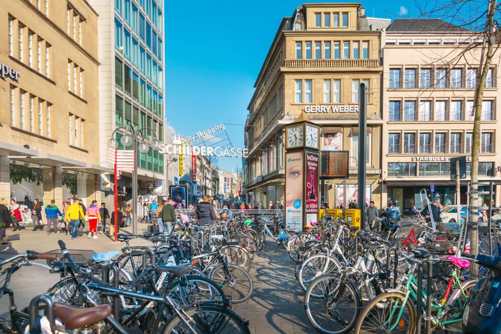 bicicletas estacionadas perto da rua Schildergasse