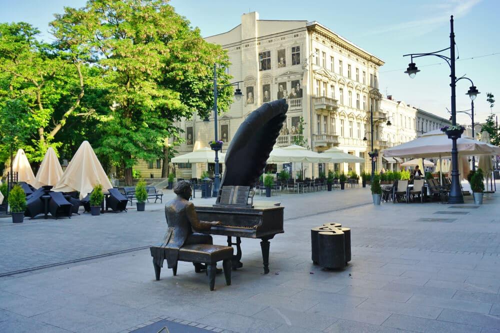 estatua de um dos pianistas polacos mais famosos em lodz