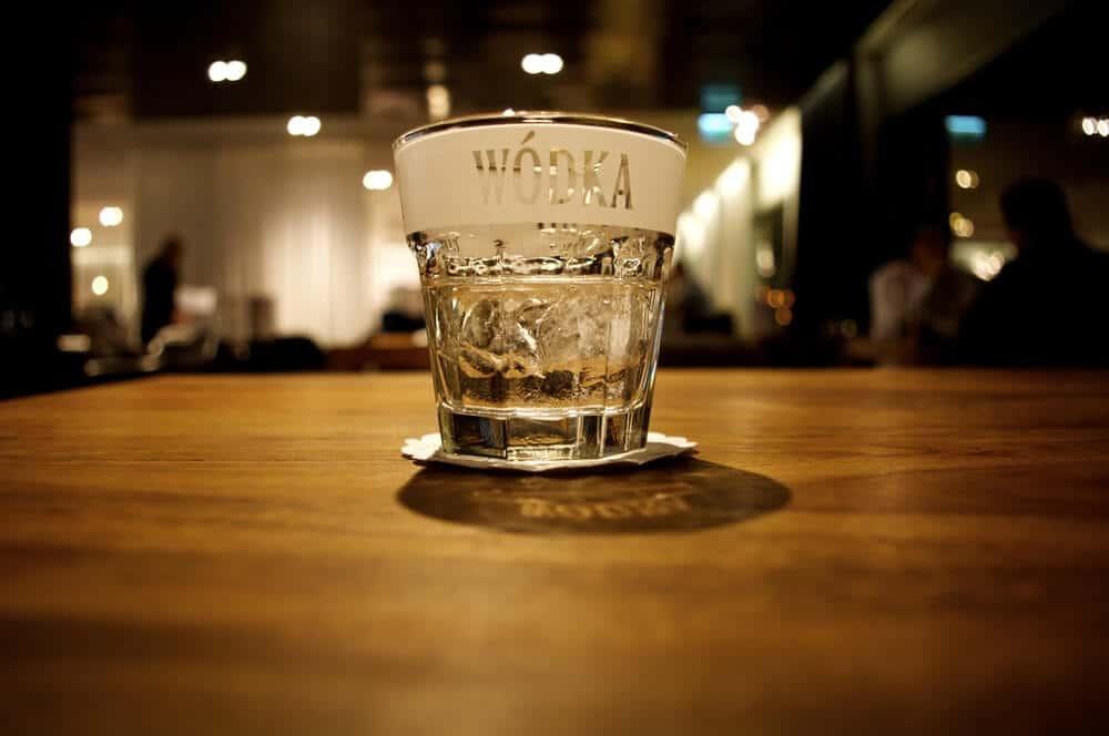 copo de shot com vodka polaca